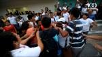 La Prensa Gráfica también estaba ahí y captó el momento en que una mujer de la comunidad Monseñor Romero era agredida a puñetazos por una activista gorda de Michelle Sol.