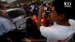 Cuando la mujer es contraminada contra el vehículo por activistas del FMLN, de Nayib Bukele y de Michelle Sol, los agentes del CAM vieron a otra parte.