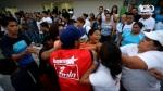 Una vez que se retiran los agentes del CAM que llevan en los brazos las bandas celestes de Nayib, los activistas del FMLN y de Nayib Bukele y de Michelle Sol atacan a la mujer. Una gorda intenta arrancarle la camisa.