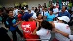 Mientras los activistas del FMLN sujetan a la mujer, la gorda la golpea, como mostramos en la primera imagen.