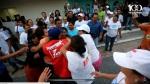 Mientras la mujer de la comunidad Monseñor Romero es agredida, los activistas del FMLN y de Nayib Bukele y de Michelle Sol miran y ríen sin hacer nada.