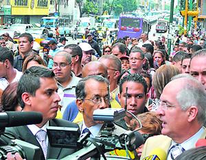 Alcalde Antonio Ledezma (derecha), tratando de entrar al edificio de la Fiscalía para hacer una demanda contra el gobierno. Foto: Paolo Luers/2009