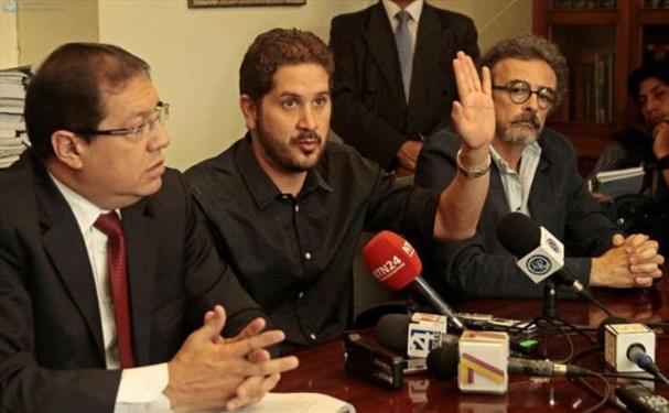 Luis Vivanco (c), director de La Hora, acompañado de (i) Santiago Guarderas y (d) Diego Cornejo, director de la Asociación Ecuatoriana de Editores de Periódicos (Aedep).