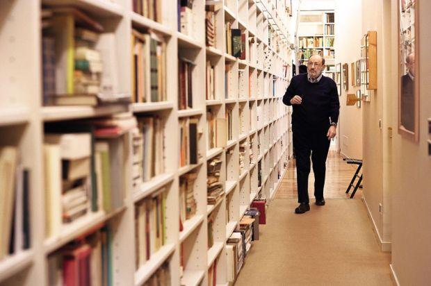 Umberto Eco, junto a la librería de su casa en Milán, Italia. / Roberto Magliozzi