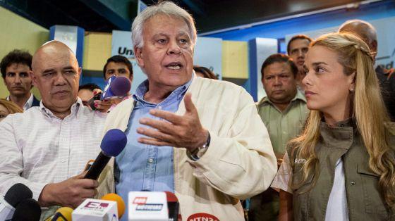 Felipe González con Lilian Tintori yel coordinador de la Unidad Democrática Chuo Torrealba