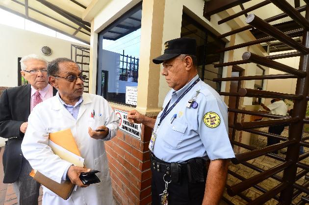 Alcides Gómez llegó a la audiencia en el Centro Judicial Integrado de Derecho Privado, pero se pospuso. Foto EDH / Omar Carbonero