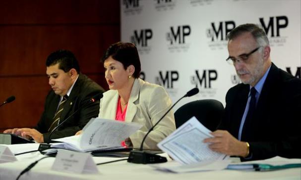 La fiscal Thelma Aldana y el comisionado jefe de la Comisión Internacional Contra la Impunidad, Iván Velásquez, dan detalles de las investigaciones de corrupción. Foto EDH / Marlon Hernández.