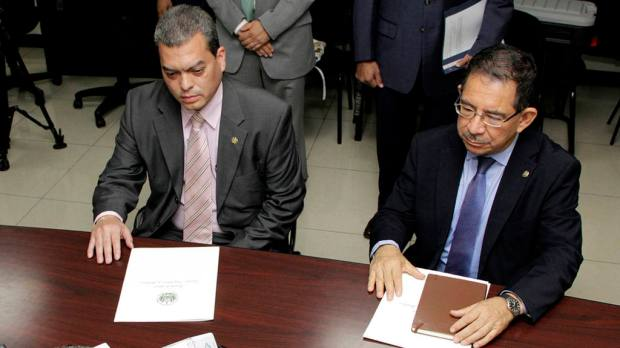 El Secretario de Comunicaciones de la Presidencia, Eugenio Chicas presenta un escrito a la Fiscalía General de la Republica contra el Presidente de Arena