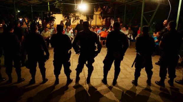 Miembros de la policia comunitaria, escuchan las peticiones de pobladores de la colonia miramonte en San salvador