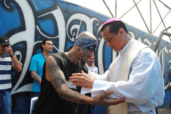 Monseñor Fabio Colindres en el penal Ciudad Barrios. imagen: Newsmillenium