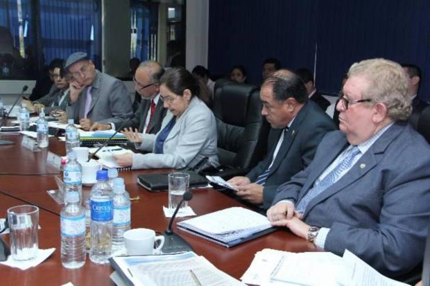 El ministro Carlos Cáceres (der.) ha tenido que explicar los gastos a los diputados. Foto EDH