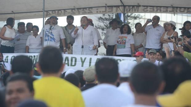 Simpatizantes del FMLN y progobierno se concentraron ayer en monumento Salvador del Mundo. | Foto por DU