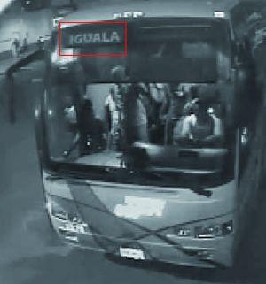 Captura de vídeo del 'quinto autobús' de Iguala en la noche del crimen saliendo de la central. Dentro se ve a algunos de los estudiantes que se lo apropiaron con intención de ir a México DF a una manifestación. La imagen es parte del informe de expertos de la OEA y no había sido recogida en el expediente de la Fiscalía, responsable del caso.
