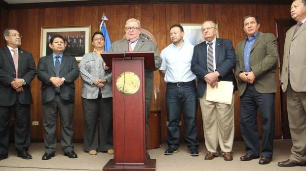 Ministro de Hacienda, Carlos Cáceres en conferencia de prensa luego de presentar la propuesta del gobierno de un nuevo impuesto de seguridad