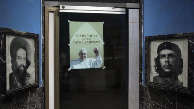 Cartel con la imagen del papa Francisco junto a retratos de los míticos guerrilleros Ernesto Che Guevara y Camilo Cienfuegos. EFE