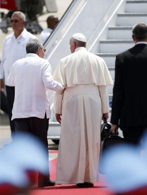 El papa Francisco se despide del presidente de Cuba Raúl Castro en el aeropuerto Antonio Maceo, ayer en Santiago de Cuba. / ORLANDO BARRÍA (EFE)
