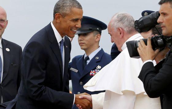 Obama saluda al papa Francisco al bajar del avión. / JONATHAN ERNST (REUTERS)