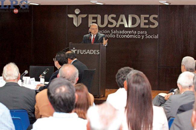 """Debate. El exvicepresidente de Guatemala Eduardo Stein participa en el debate organizado por FUSADES denominado """"¿Está El Salvador listo para una Comisión Internacional Contra la Impunidad?"""", en el que participaron tres abogados salvadoreños."""
