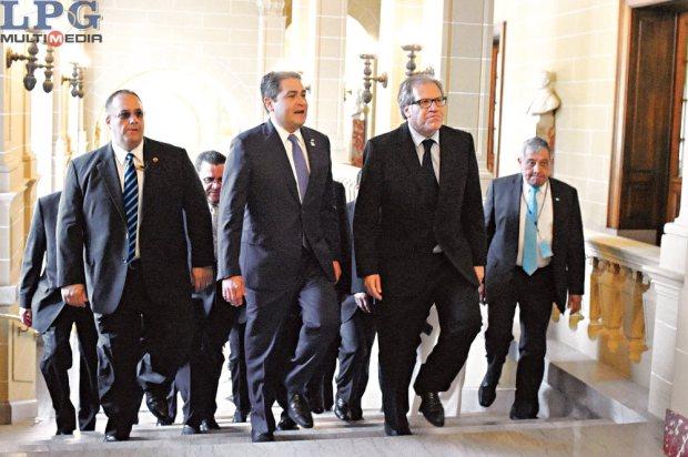 Acuerdo. El mandatario de Honduras, Juan Orlando Hernández (seg. a la izq), habla con el secretario general de la OEA, Luis Almagro (izq), durante la entrega de una propuesta para luchar contra corrupción.