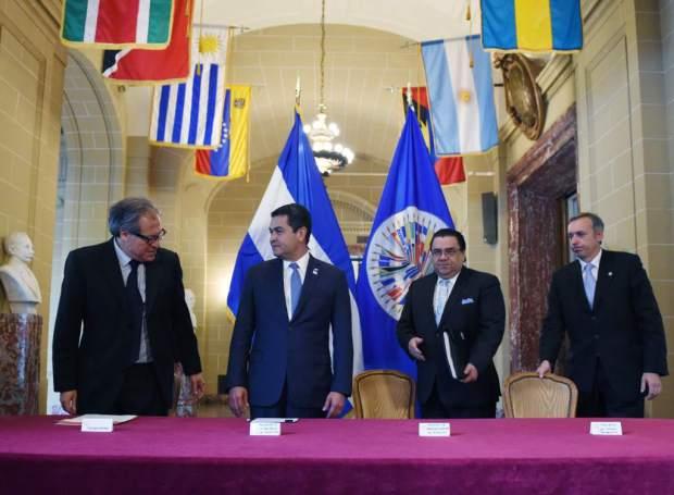 El secretario general de la Organización de los Estados Americanos (OEA), Luis Almagro, entregó hoy personalmente en Washington al presidente hondureño, Juan Orlando Hernández, una propuesta de misión para luchar contra la impunidad y la corrupción en Honduras.