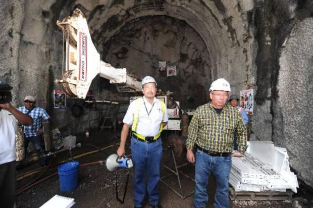 Samour, presidente de Cel, y Cáceres, responsable del proyecto, en la zona de la presa.