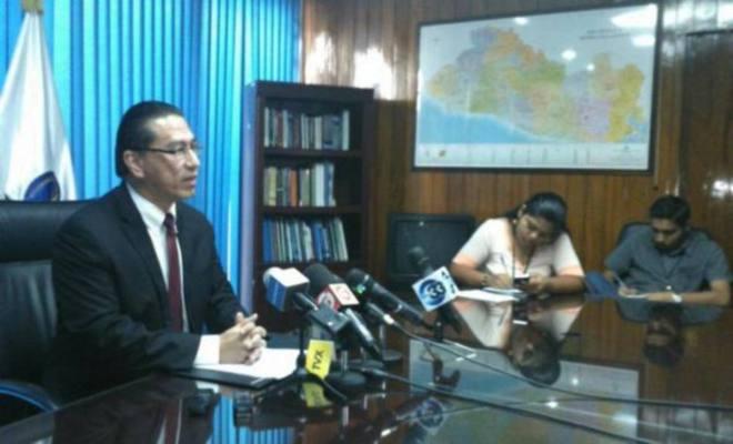 El procurador para la Defensa de los Derechos Humanos, David Morales, se resiste a cumplir con la resolución de la Sala de lo Constitucional de reinstalar a una...
