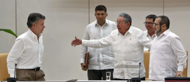 Los presidentes de Colombia y Cuba, Juan Manuel Santos y Raúl Castro, y el líder de las FARC Rodrigo Londoño, en La Habana. / EFE