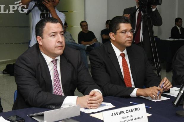Javier Castro, director del Departamento de Estudios Legales; con Luis Mario Rodríguez, director del Departamento de Estudios Políticos, ambos de de FUSADES.