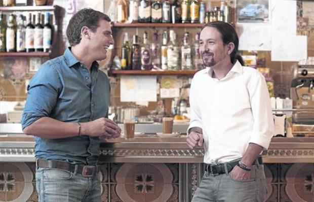 Albert Rivera (izque.) y Pablo Iglesias conversan antes del debate.