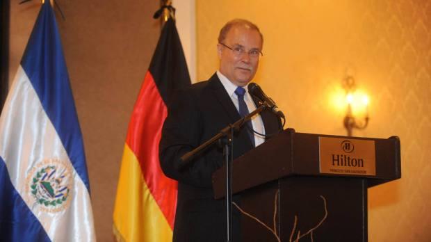 El embjadaor alemán Dr. Heinrich Haupt hablando en la recepción del Día de la Unidad de Alemania