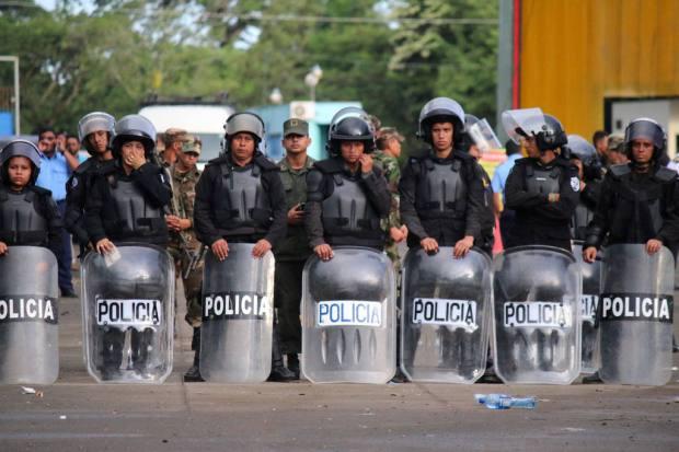 Miembros de la policía impiden el paso de inmigrantes cubanos hacia Nicaragua. | Foto por Agencia EFE