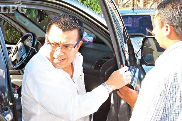 Juicio. El pleno de la CSJ resolvió el jueves ordenar un juicio por sospechas por enriquecimiento ilícito en contra de Leonel Antonio Flores Sosa, exdirector del ISSS. - See more at: http://www.laprensagrafica.com/2015/11/28/banco-hipotecario-presto-mas-de-lo-permitido-a-flores#sthash.Ot6VxBXd.dpuf