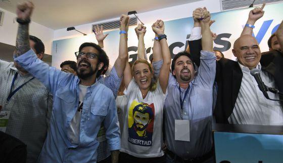 Tintori junto a otros opositores celebran los resultados. / JUAN BARRETO (AFP)