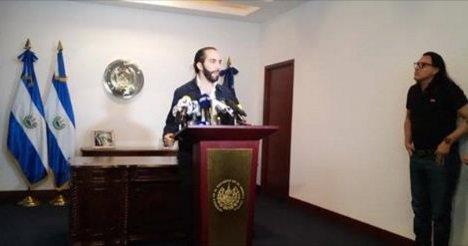 Nayib Bukele, en su conferencia de prensa acusando al ex-fiscal Luis Martínez (Foto: Twitter)