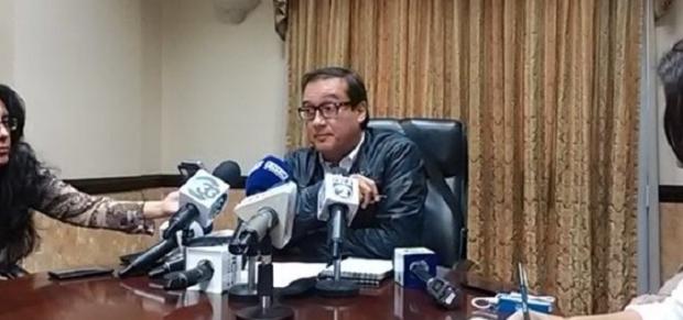 Luis Martínez, en su conferencia de prensa desmintiendo a Bukele (Foto 102.9)