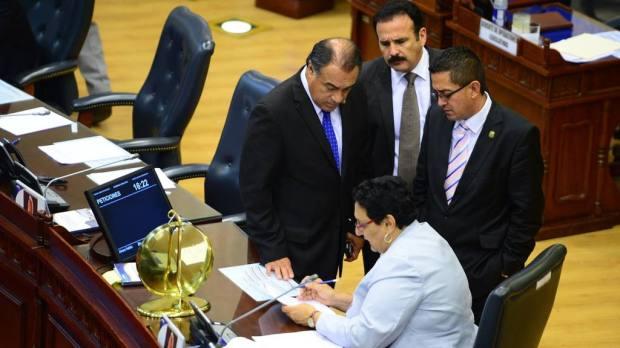 En la actual legislatura, FMLN, GANA y el PCN (en algunos casos solo algunos diputados) sumaron sus votos para llegar a avalar leyes con mayoría simple. | Foto por Archivo