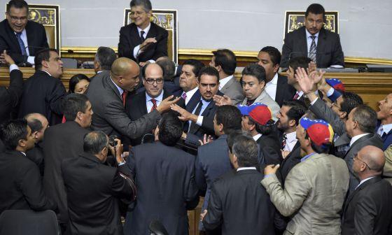 Tensión en la asamblea venezolana, este martes / JUAN BARRETO (AFP)