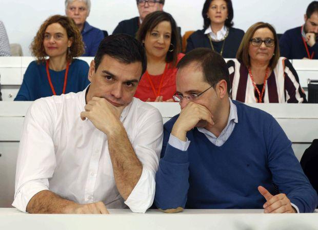El secretario general del PSOE, Pedro Sánchez (iz) y el secretario de Organización, César Luena, durante la reunión del Comité Federal en Madrid. Juan Carlos Hidalgo EFE