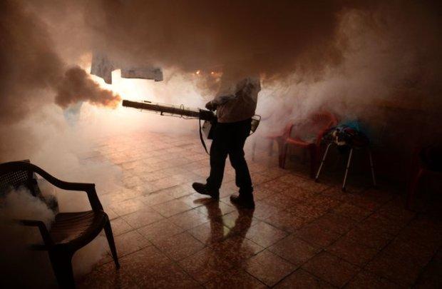 Un empleado del Ministerio de Salud fumiga una casa para prevenir la propagación del virus de Zika cerca de San Salvador. Credit Marvin Recinos/Agence France-Presse — Getty Images