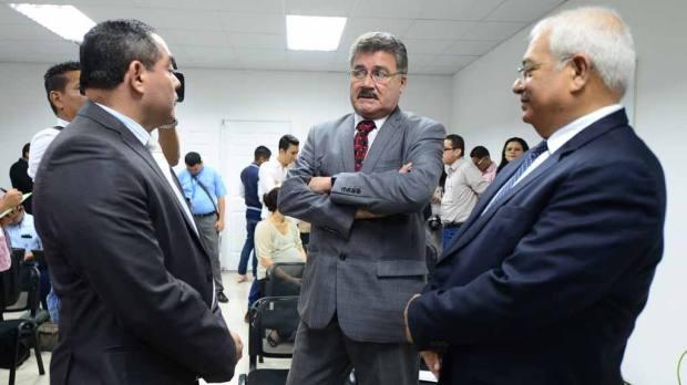 SCarlos Pineda, de Probidad; Roberto Rubio, de Funde; y Luis Avelar, de OIR de la CSJ. | Foto por Mauricio Cáceres
