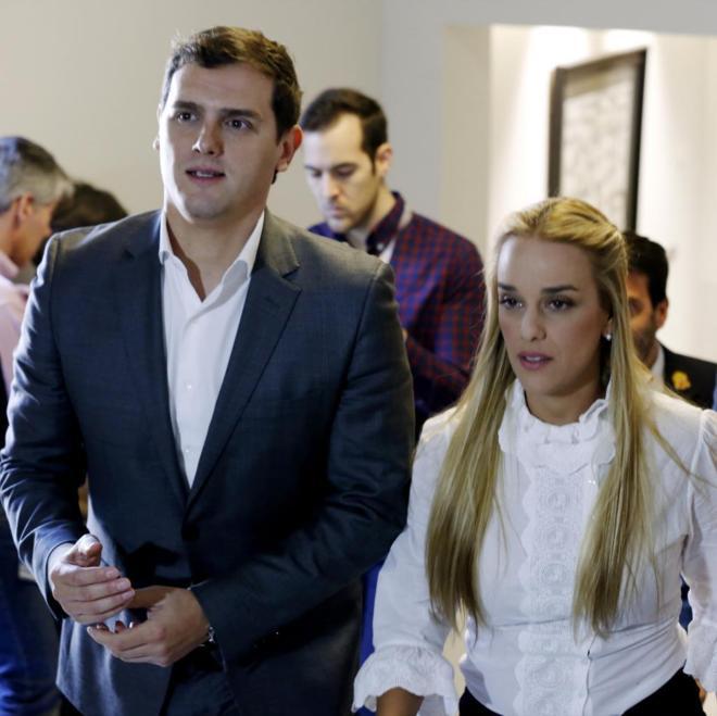 El presidente de Ciudadanos, Albert Rivera, y la esposa del opositor venezolano Leopoldo López, Lilian Tintori, momentos antes de presentar en el Congreso de los Diputados el Proyecto de Ley de Amnistía para este país, el pasado miércoles. Sergio BarrenecheaEFE