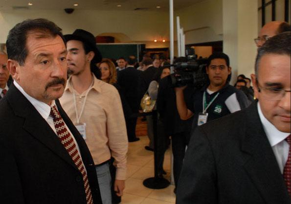 l empresario de seguridad José Miguel Menéndez, Mecafé, junto a Mauricio Funes, después del discurso del entonces candidato presidencial del FMLN en el ENADE de 2009. Foto archivo El Faro -