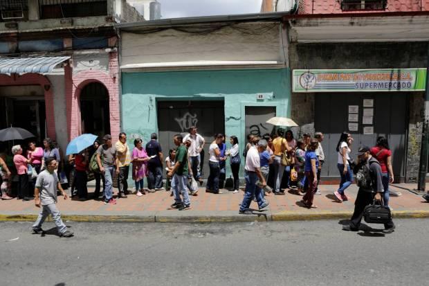 Para comprar alimentos hay que guardar largas colas en los supermercados, como este caso en Caracas. Marco Bello Reuters