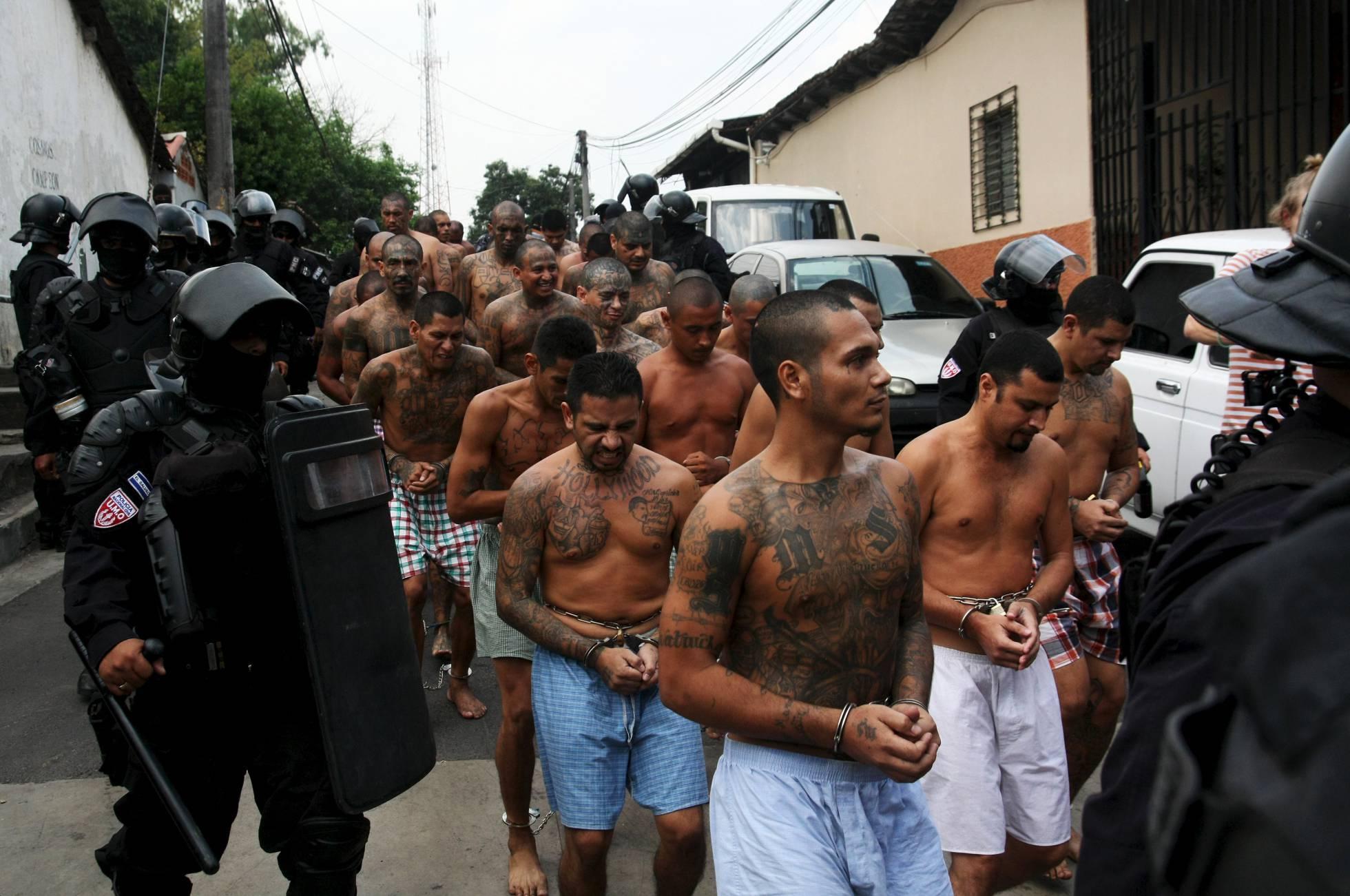 Miembros de la Mara Salvatrucha a su llegada a la prisión de Quezaltepeque. Jose Cabezas REUTERS