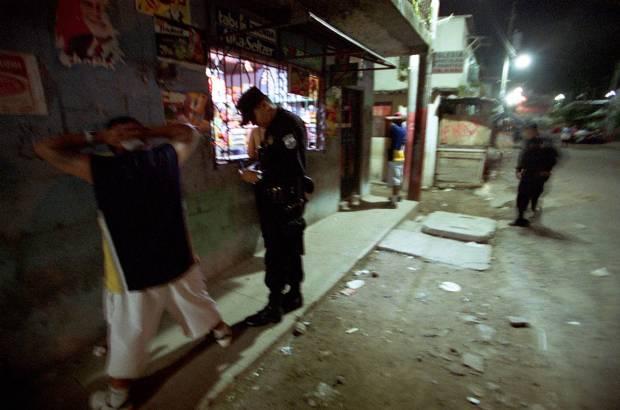 Una redada policial en San Salvador en 2004. Miguel Gener