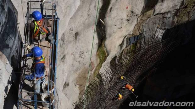 Empleados de la empresa constructora Dycsa realizan trabajos alrededor en la casa de máquinas. | Foto por Drone/ Mauricio Castro