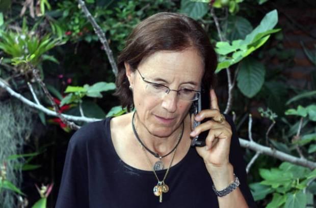 La periodista española Salud Hernández habla con los medios de comunicación tras su liberación. EFE