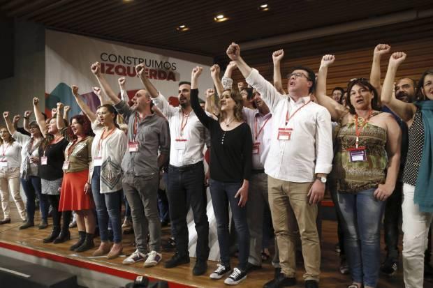 El nuevo Consejo Político federal de Izquierda Unida, tras la elección de Alberto Garzón (centro de la foto, con camisa blanca) como nuevo coordinador en una etapa marcada por el acercamiento a Podemos. Fernando Alvarado EFE