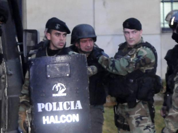 José Lopez, exsecretario de Obras Públicas en Argentina, es escoltado por las fuerzas especiales el jueves 16 de junio. A. B AFP