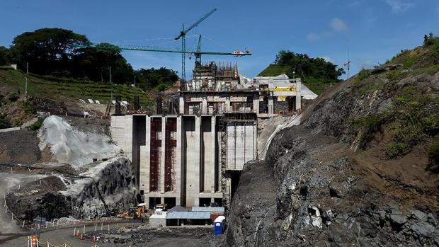 """El 2 de septiembre de 2015, la ampliación de la presa hidroeléctrica 5 de noviembre tenía un 62 % del avance. La obra se encuentra en el sitio """"La chorrera del Guayabo"""", entre los departamentos de Cabañas y Chalatenango. Su inauguración está prevista para agosto de 2016 y la obra duplicará la producción de energía de la presa. Foto: El Faro/ Nelson Rauda. - See more at: http://www.elfaro.net/es/201606/el_salvador/18657/Banco-de-Desarrollo-alem%C3%A1n-frena-pr%C3%A9stamos-a-CEL-por-temor-a-que-no-pueda-pagarle.htm#sthash.RqcJqxAw.dpuf"""